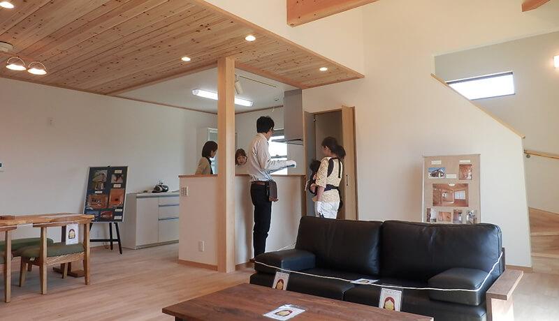 大屋根の住宅