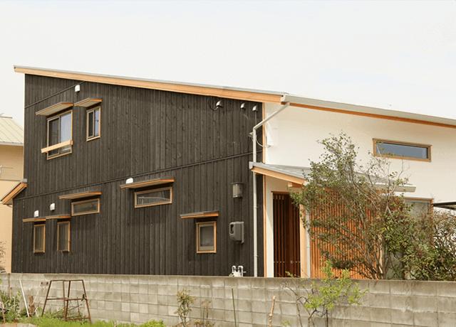 漆喰の白と本焼きの黒の家