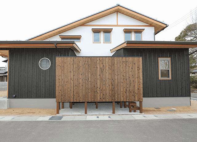 平屋な2階建て、本焼きと漆喰の和の家